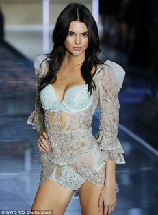 debut-d-Kendall-Jenner-en-VS-fashion-show-9
