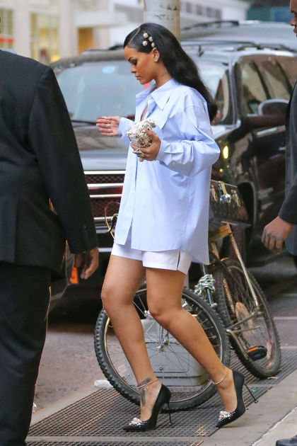 gallery-1459847840-rihanna-subway-grate